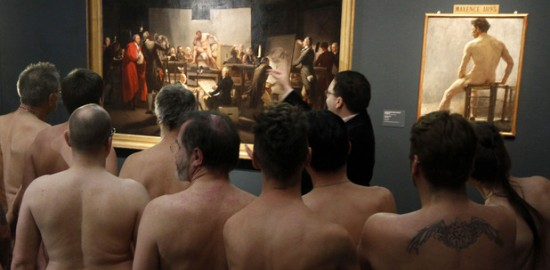 2013/03/odd-naked-museum-visitors-vienna1.jpg