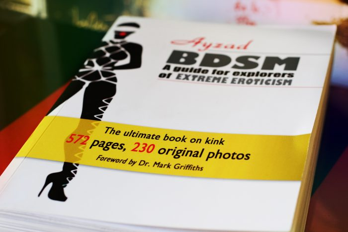 L'edizione inglese del manuale di Ayzad BDSM - Guida per esploratori dell'erotismo estremo